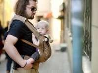 Apáról a világ - Férfiak babahordozóval