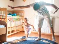 """Június 17-e az APÁK világnapja. Ebből az alkalomból az UNICEF Magyarország fotópályázatot hirdet 7-18 éves gyermekek számára """"Szuperapa"""" címmel."""